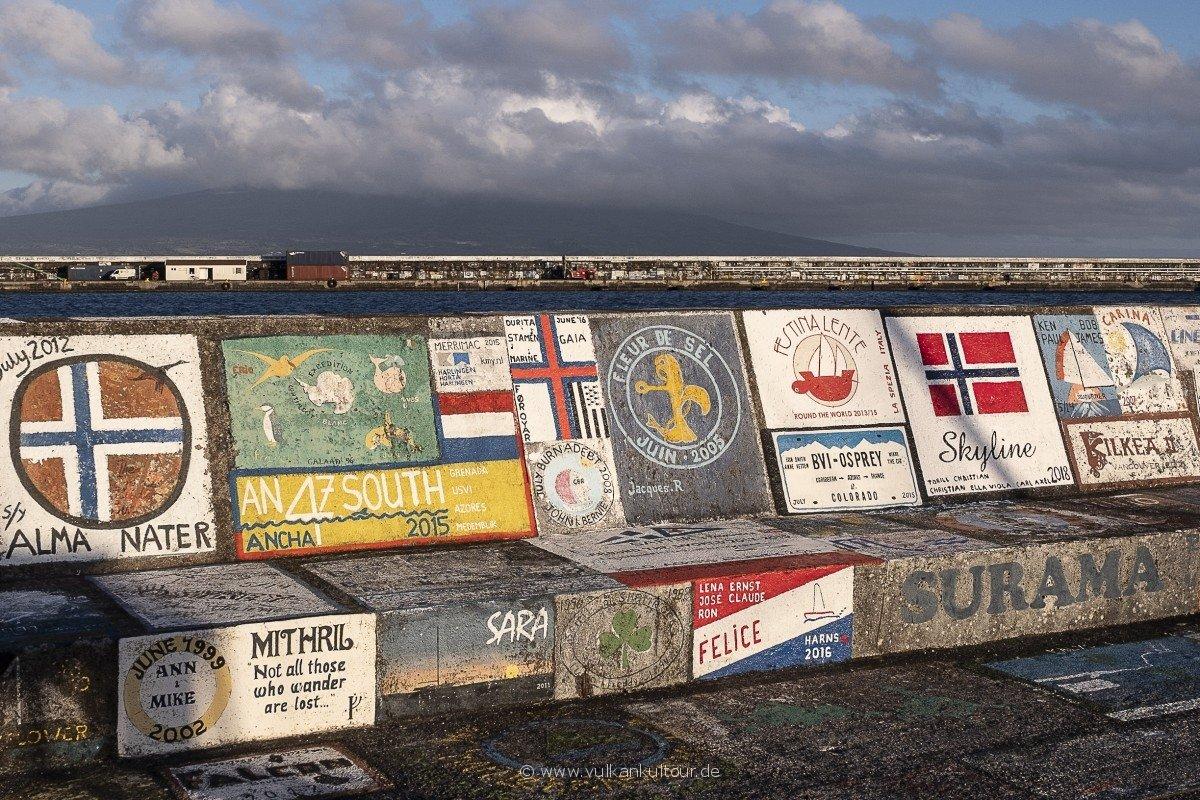 An der Kaimauer von Horta verewigen sich die Weltumseegler.