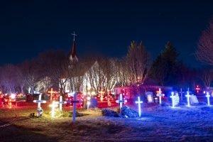 Kotstrandarkirkja mit Weihnachtsbeleuchtung