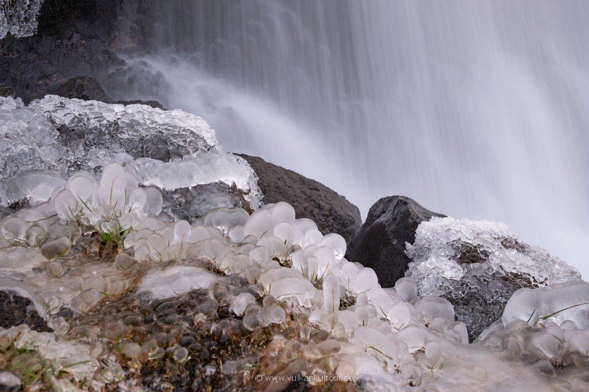 Eisblumen am Wasserfall