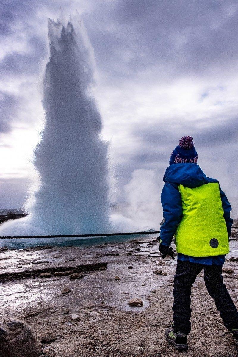Gysir Strokkur - Island ist ein tolles Reiseziel mit Kindern!