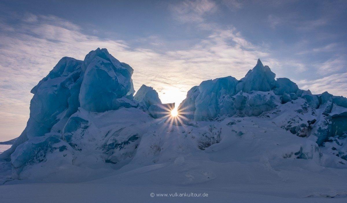 Eisberg im Packeis eingelschlossen