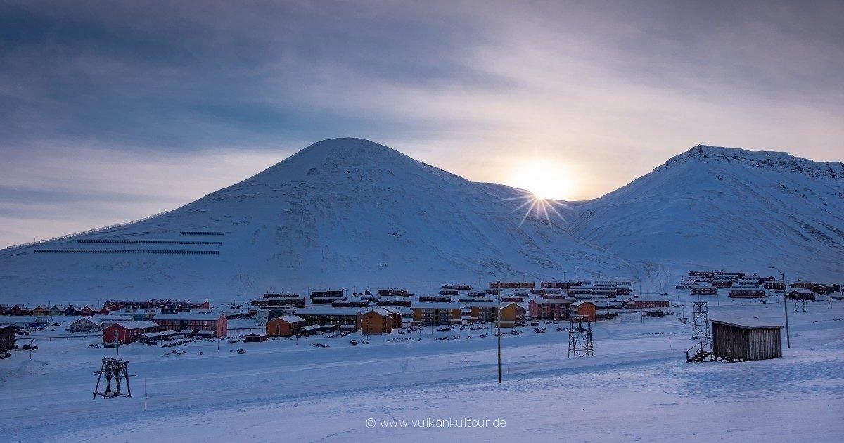 Sonnenaufgang über Longyearbyen