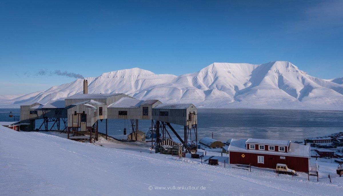 Die Taubanesentralen hoch über Longyearbyen
