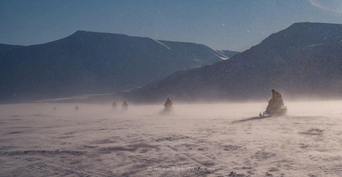 Arktische Fahrt durch das Adventdalen