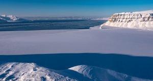Blick über den zugefrorenen Tempelfjord