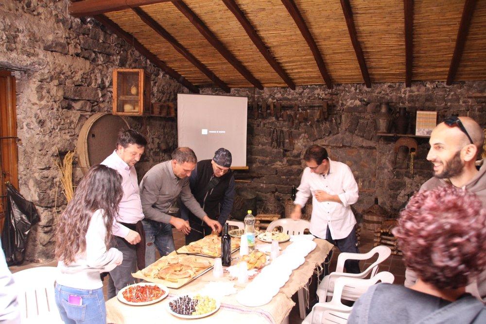 pane cunzato, olive, vino: fantastisches Mittagessen als Auftakt eines Tages voller Ideen und Eindrücke am Ätna