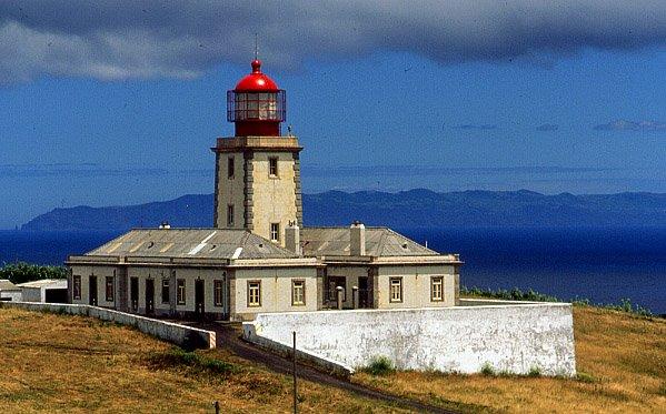 Der Leuchtturm von Ribeirinha vor dem Erdbeben 1998 (Bildquelle: Wikimedia Commons)