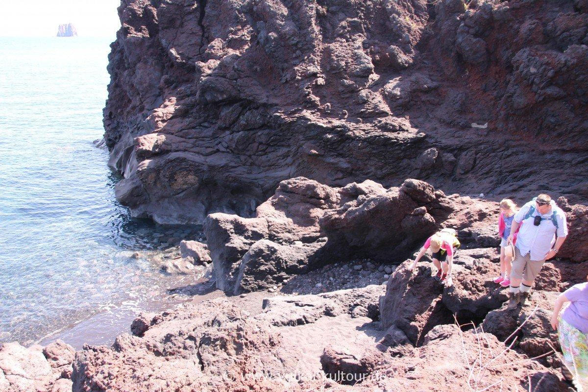 Stromboli - der Strand war letztes Jahr größer!! Kraxeln bei der Grotta di Eolo.