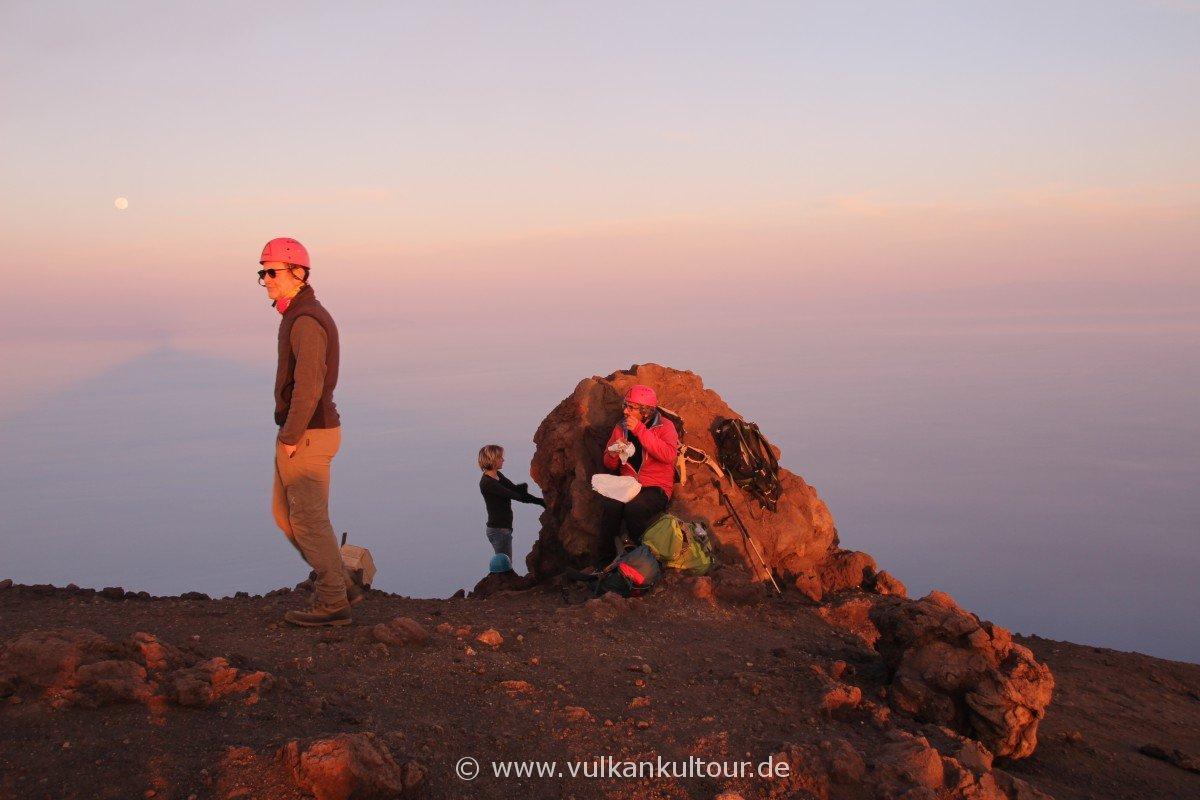 Stromboli - auch die Bergführer machen mal Pause... Vor aufgehendem Mond und dem Schatten des Stromboli auf dem Meer