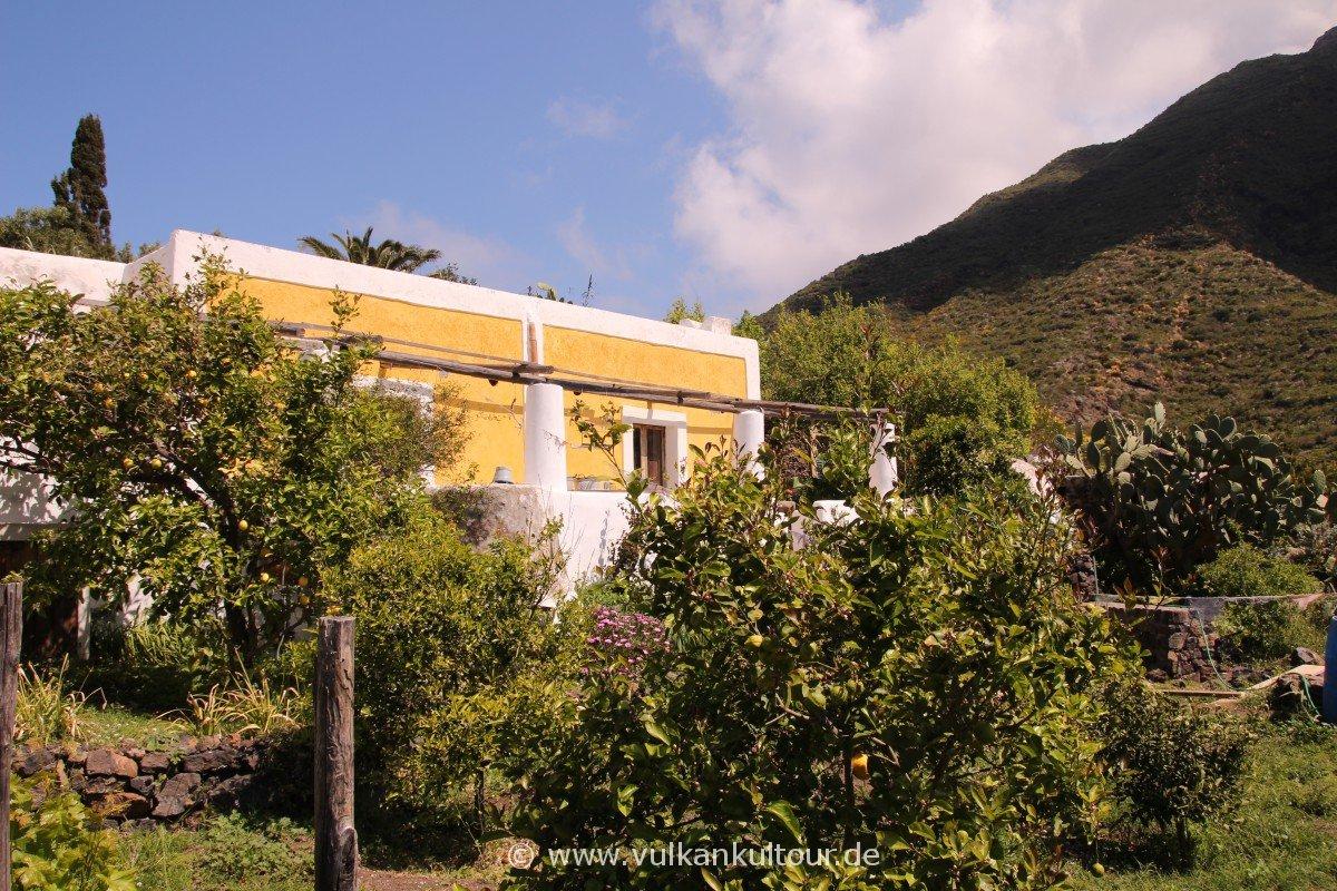 Stromboli - bunte Häuser im ruhigsten Ort den ich kenne. Hier ticken die Uhren langsamer als sonstwo - sofern es welche gibt.