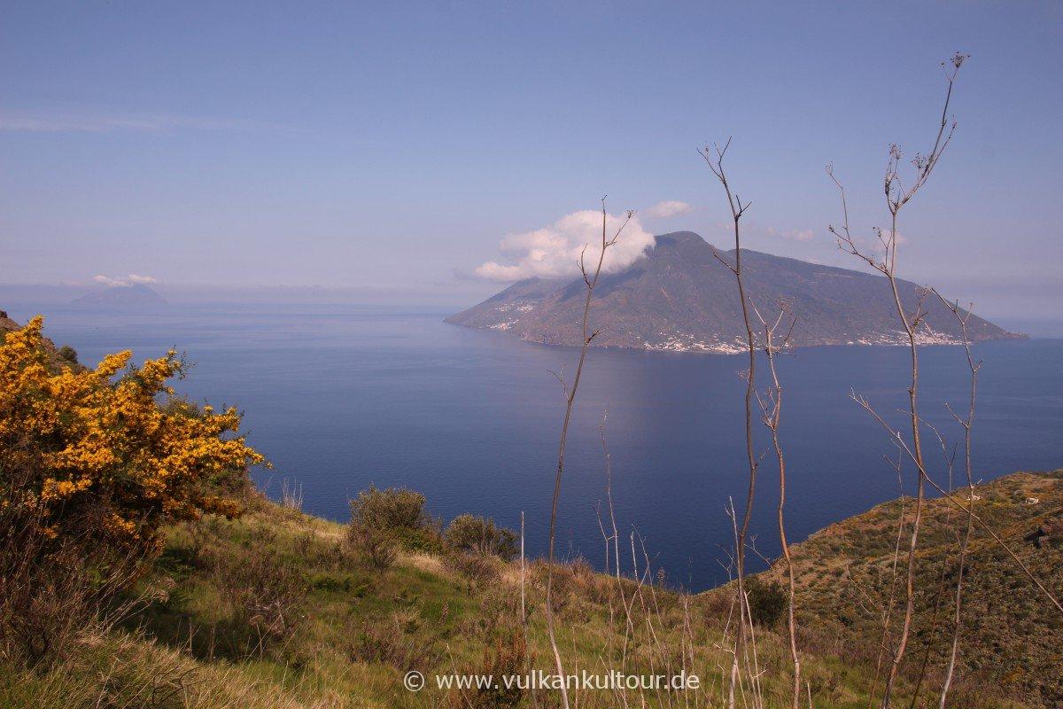 Liparis Westküste - Blick auf Salina und Filicudi
