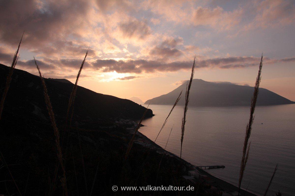 Liparis Norden - tiefe Sonne über Filicudi