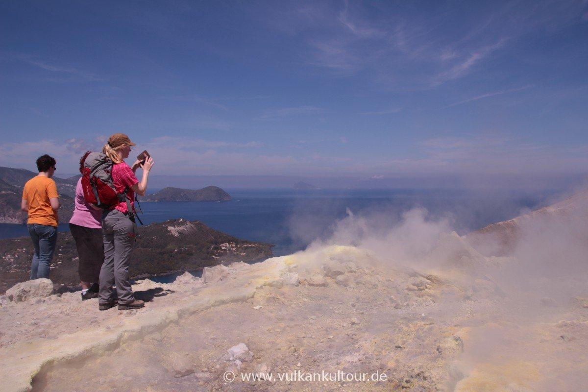Vulcano - heiße Gase, grelle Sonne, tiefblaues Meer und in der Ferne die Dampf- und Aschefahne über Stromboli...