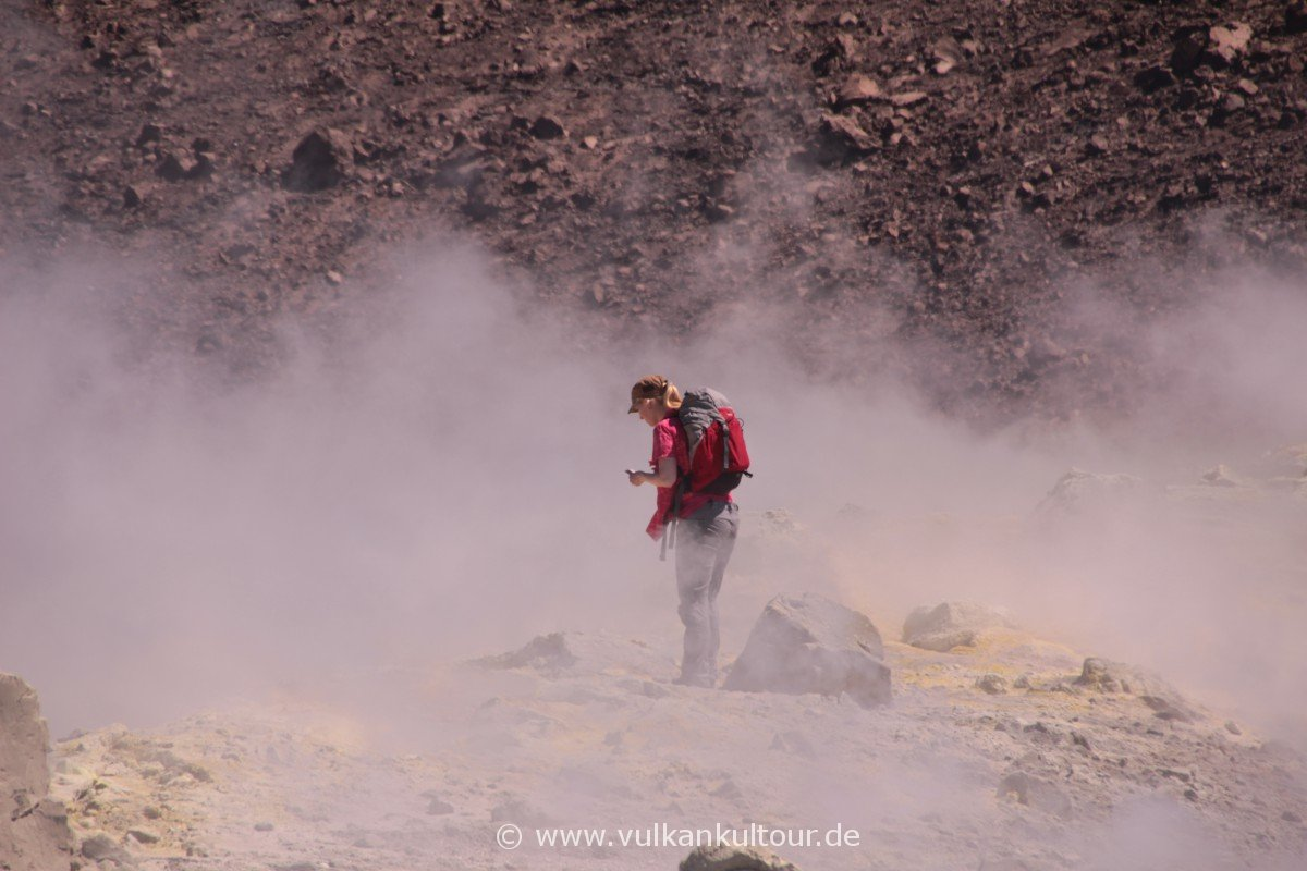 Vulcano - in den Fumarolen. Trotz schwefelsaurer Luft immer wieder anhalten und: beeindruckt sein.