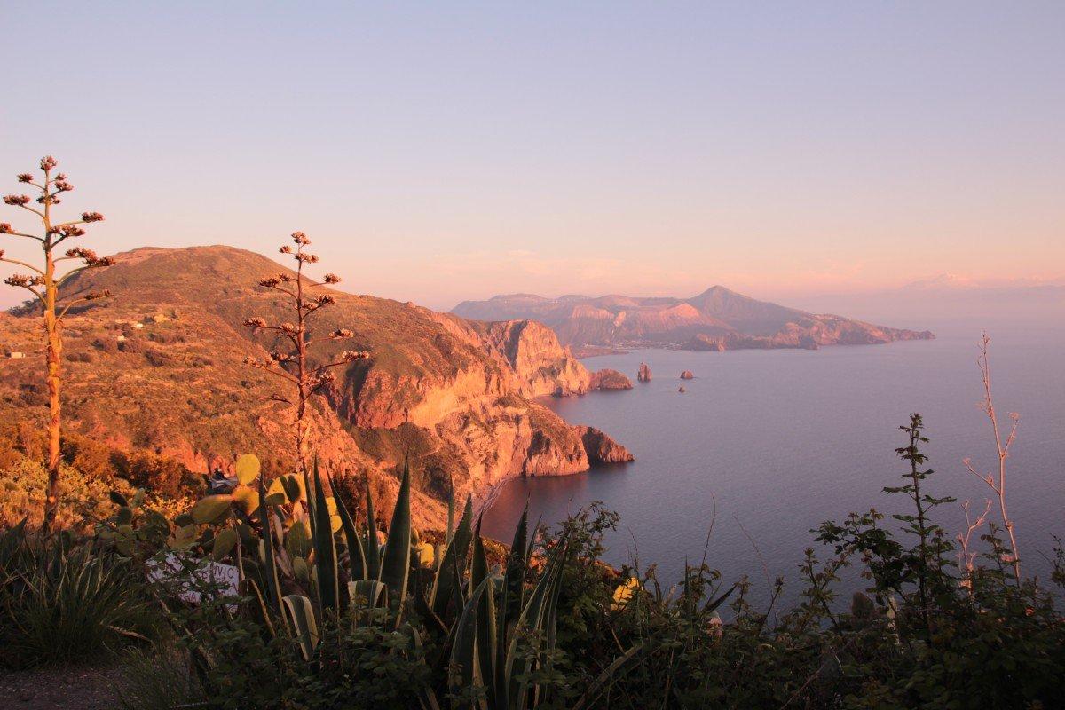 Lipari - auf zum besten Abendessen der Insel! Aber nicht ohne Zwischenhalt am schönsten Aussichtspunkt. Blick auf die Faraglioni und den Gran Cratere auf Vulcano