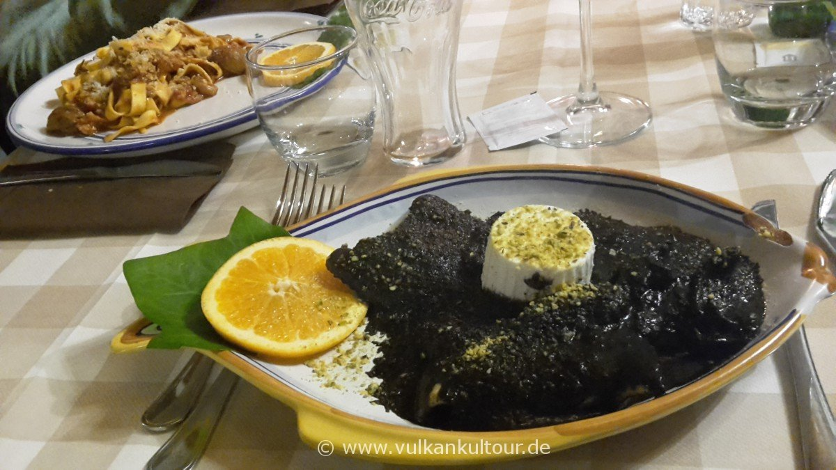 Nicolosi am Ätna - sizilianisch speisen: Pasta fresca al nero di seppia mit einem guten Glas Insolia