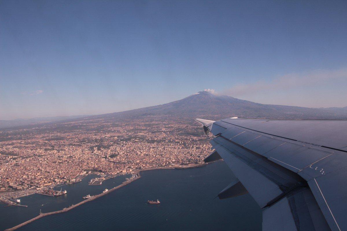 Ätna - Abflug von Catania. Die Dame grüßt mit einer Aschefahne, durch die wir gleich hindurchfliegen werden