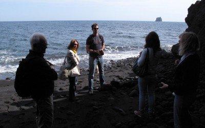 Geologiestunde auf Stromboli an der Grotta di Eolo - Bild © Dr. Klaus Demberg