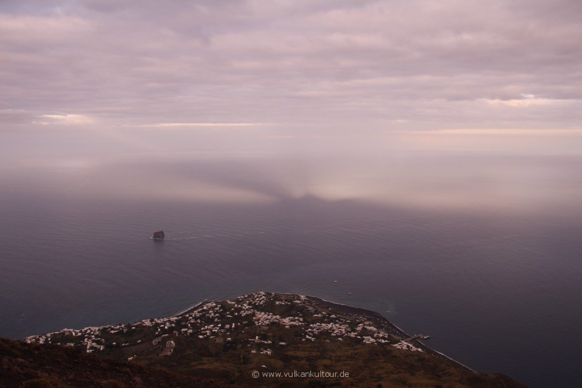 20171028 Feuerberge Siziliens Schattenspiele des Gipfels und Strombolis Aschefahne
