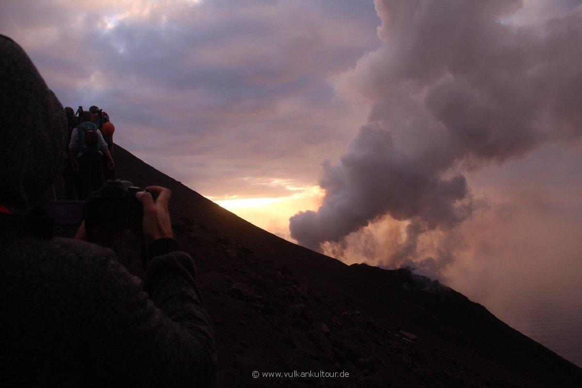 20171028 Feuerberge Siziliens Aufstieg auf den Stromboli - erster Blick auf die Eruptionen