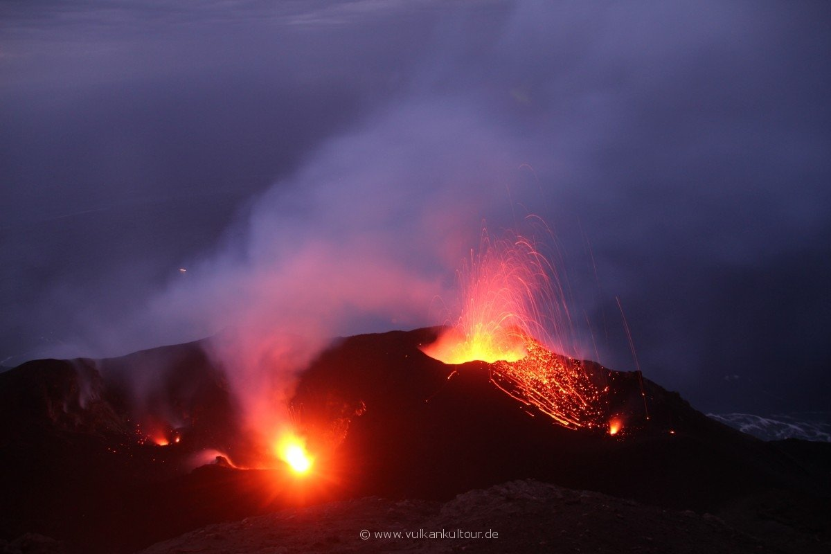 20171028 Feuerberge Siziliens Aufstieg auf den Stromboli - magische Eruptionen - teils gleichzeitig aus mehreren Kratern. Hier der nördlichere Nordostkrater (der südlichere rechts unterhalb zu sehen)