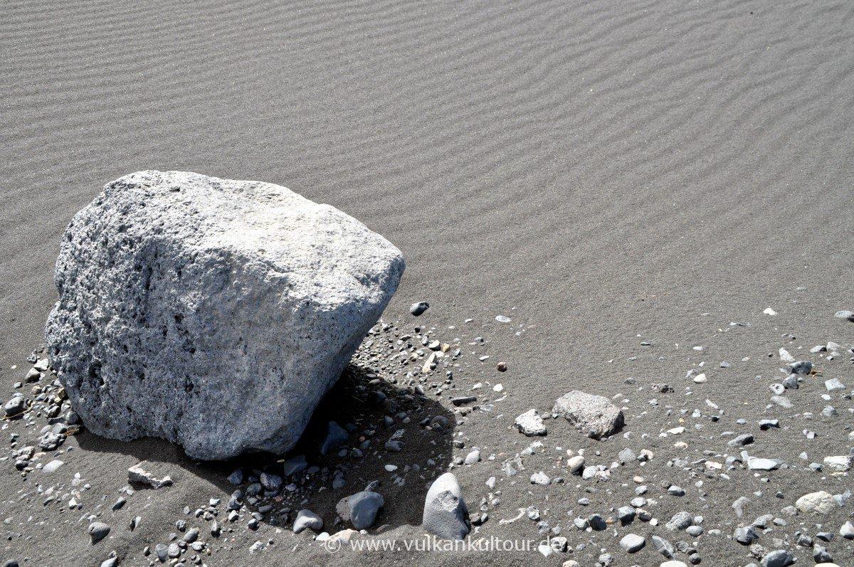 Grauer Sandstrand