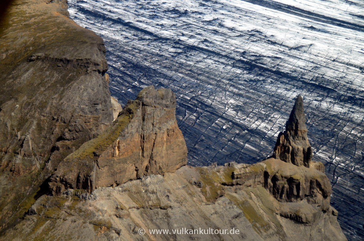 Felsnadel Súlutindar vor dem Skeiðarárjökull