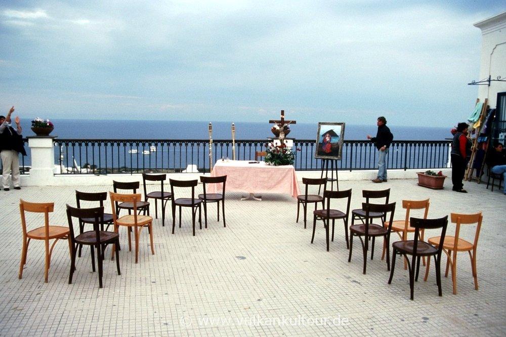 Stromboli - Heilige Messe auf dem Kirchplatz San Vincenzo