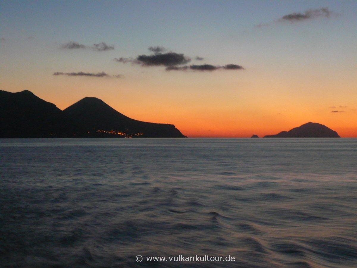 Auf dem Rückweg nach Neapel - Kreuzfahrt durch das Äolische Archipel: Salina und Filicudi (© G. Guggenmos)