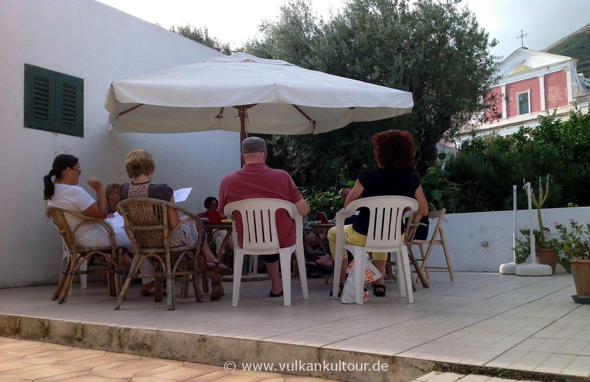 Italienischkurs am Olivenbaum (im Hintergrund die Kirche San Bartolomeo)