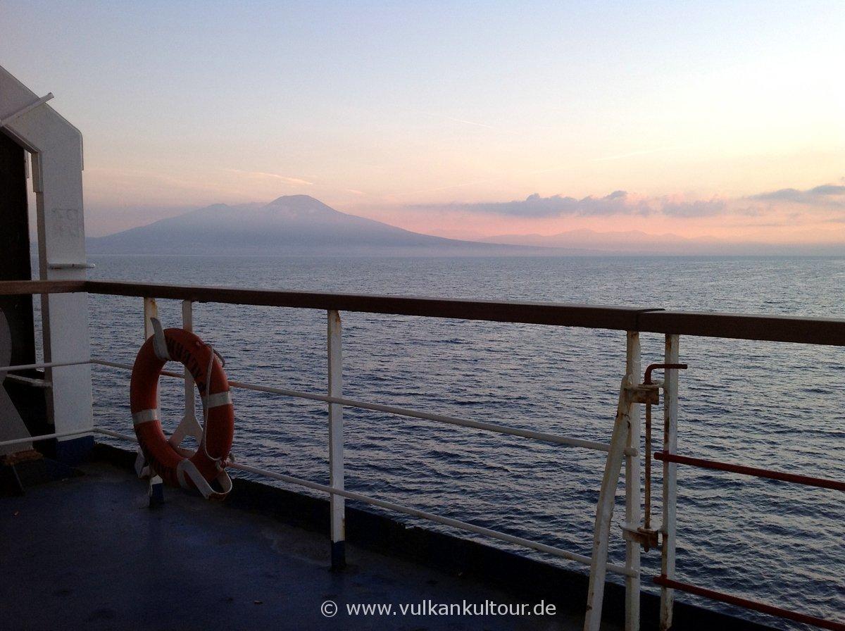 Morgendliche Ankunft im Golf von Neapel (links der Vesuv)