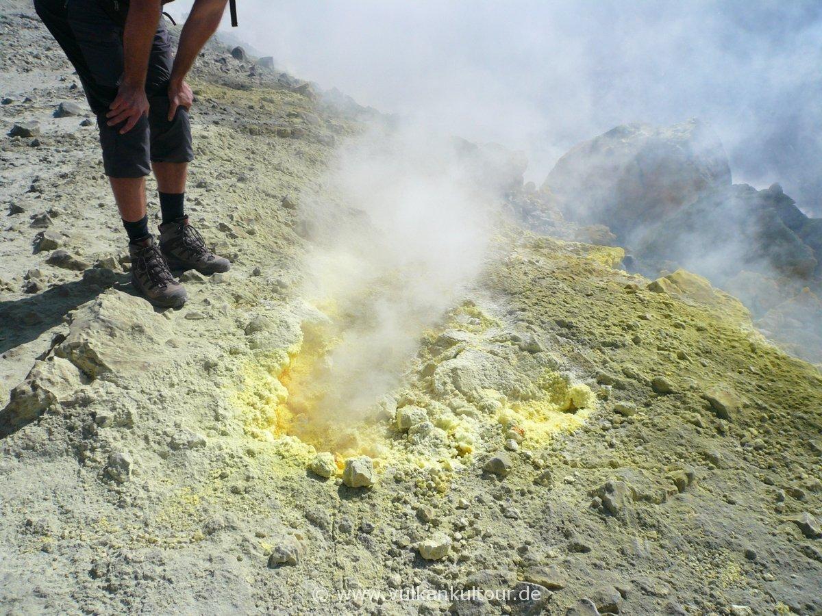 Schwefelfumarole auf dem gran cratere von Vulcano (© G. Guggenmos)