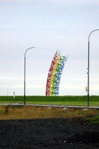 Regenbogenskulptur am Flughafen Keflavík