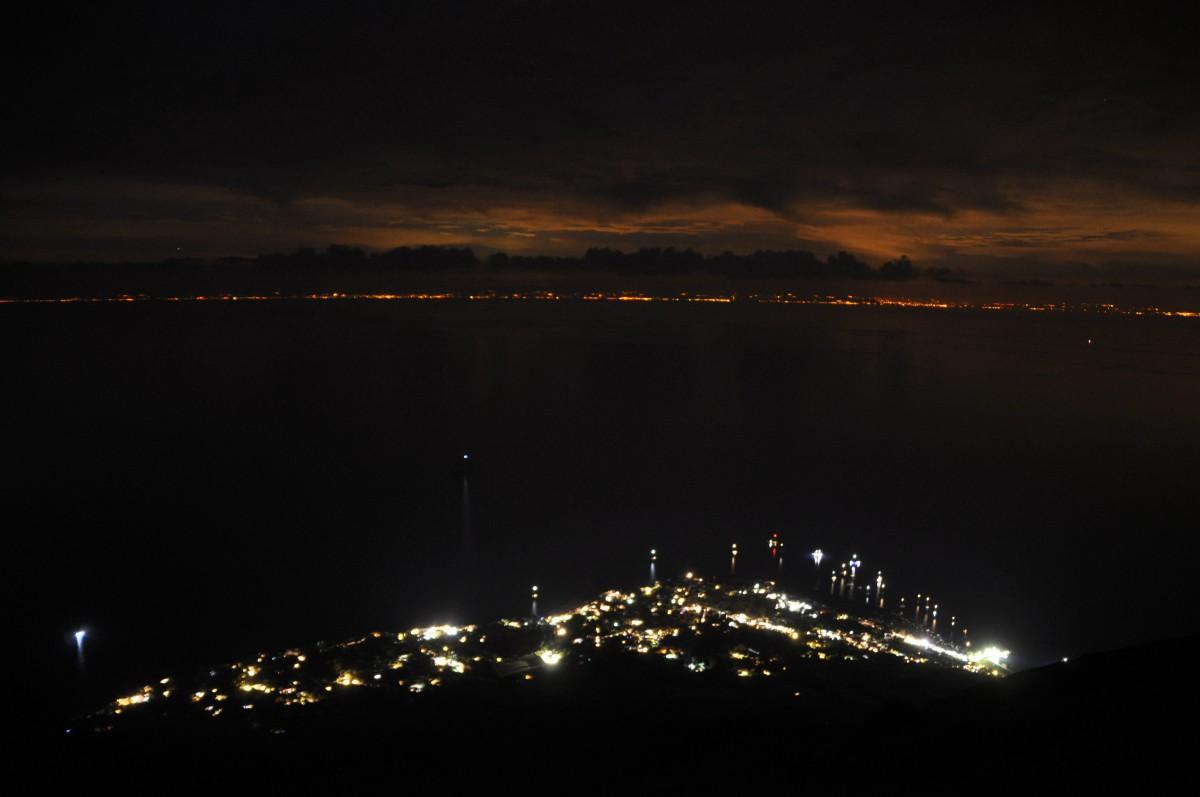 Blick beim Abstieg auf den Ort und die Küste Kalabriens