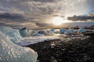Schwarzer Strand mit Eisbrocken (© Radmila Kerl)